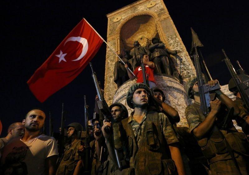 Türkiye darbenin eşiğinden döndü