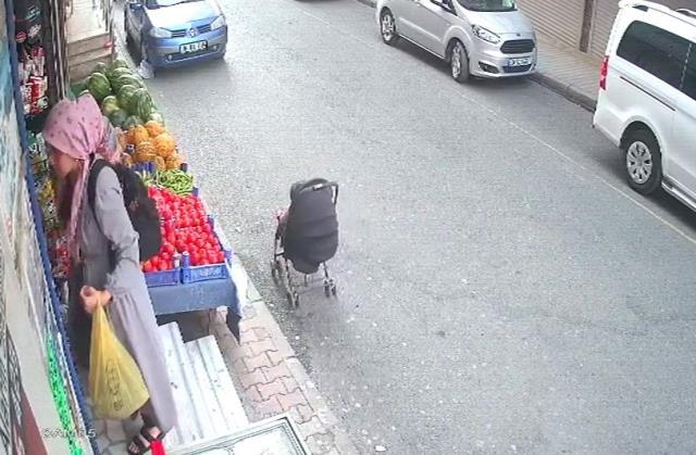 Cadde ortasına bırakılan bebek arabası hareket etti, anne donup kaldı! Yürekleri ağızlara getiren olay kamerada