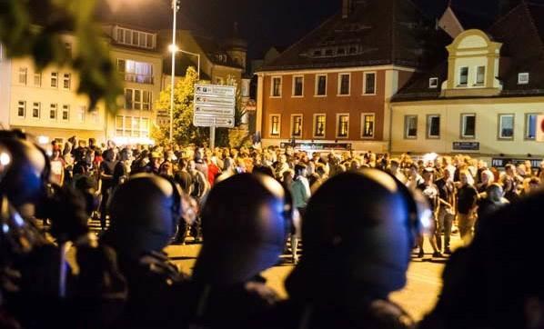 Almanya'da mülteciler için sokağa çıkma yasağı uygulanıyor!
