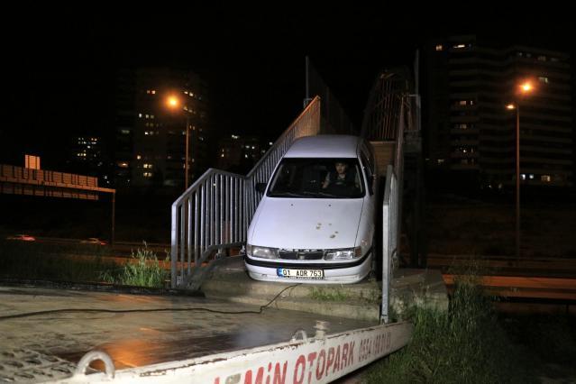 Aracıyla Yaya Köprüsünden Geçmeye Çalışan Sürücü Sıkıştı