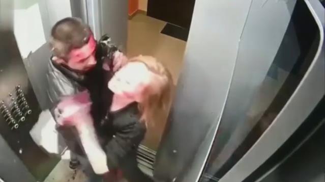 Asansörde ilginç olay! Genç çift önce birbirini kanlar içinde bıraktı, ardından temizlik yaptı