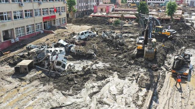 Batı Karadeniz'deki sel felaketinde 77 kişi hayatını kaybederken, kaybolan 47 kişi hala aranıyor