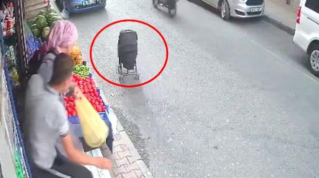 Bebek arabası caddede hareket etti, anne kımıldayamadı! Korkutan olay kamerada