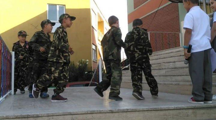 Çocuklara asker üniforması giydirerek 15 Temmuz gösterisi yaptırdılar