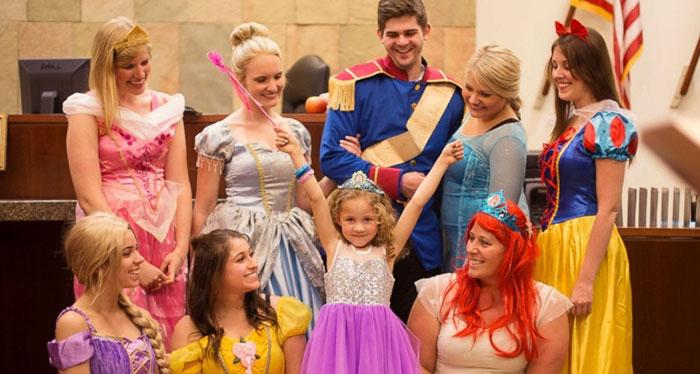 Hakim 5 yaşındaki kızın davası için Pamuk Prenses'e dönüştü