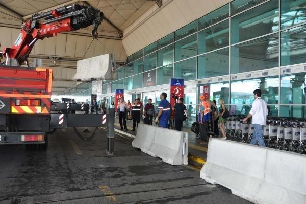 Havalimanı'nda beton bariyer!