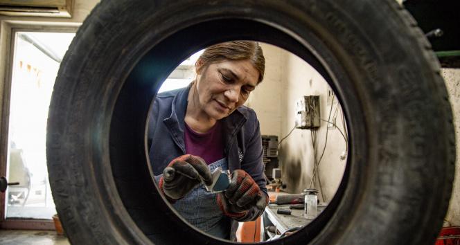 İki çocuk annesi 'Gül Usta' 14 yıldır oto lastikçi dükkanı işletiyor