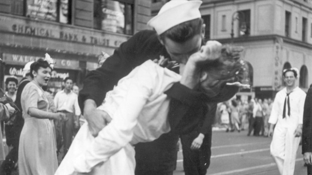 İkinci Dünya Savaşı'nın sembolü 'öpüşen hemşire' hayatını kaybetti!