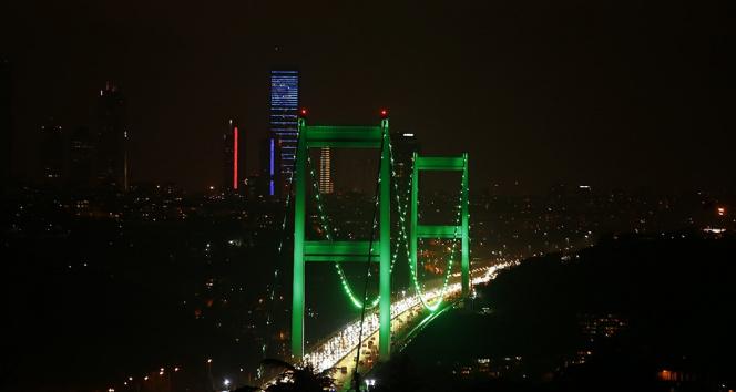 İstanbul'da köprüler yeşil renk ile aydınlatıldı
