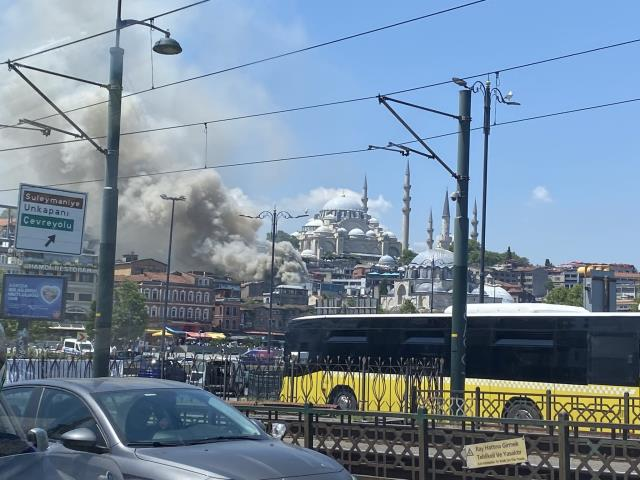 İstanbul Fatih'te oyuncak deposunda yangın çıktı! Ekipler olay yerine sevk edildi