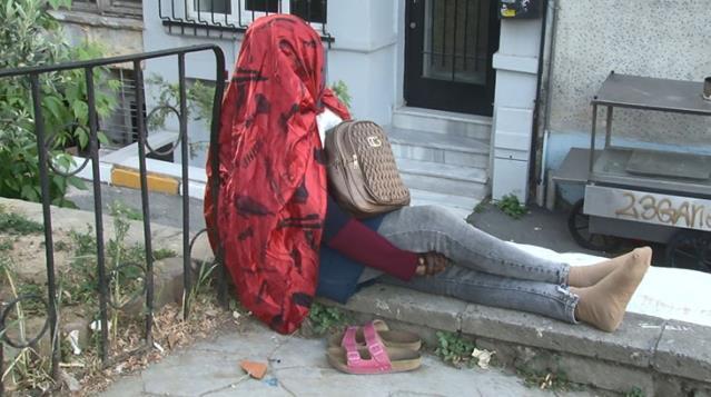 İstanbul'da Bir Kadın 5 Gündür Aynı Yerde Oturuyor