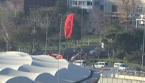 İstanbul'da terör saldırısının gerçekleştirildiği alana dev Türk bayrağı asıldı