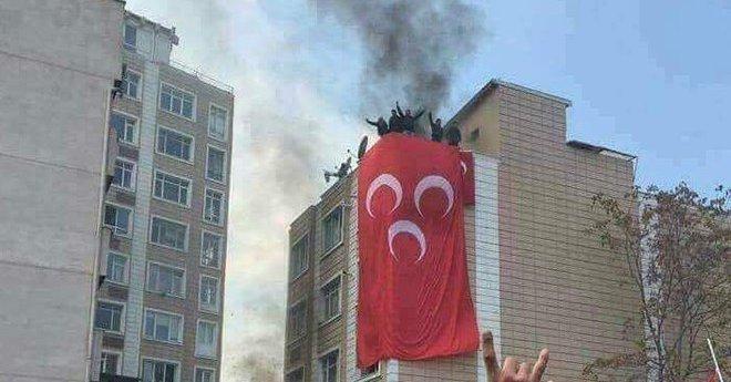 Kayseri'de intikam sloganlarıyla HDP binasına 3 hilal bayrağı asıldı
