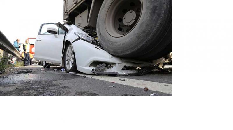 Kocaeli'de otomobil tıra çarptı: 1 ölü, 5 yaralı