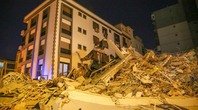 Kontrollü Yıkım İle Yıkılan Apartman, Yan Binaya Zarar Verdi