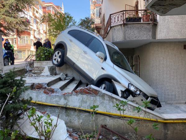 Kontrolü Kaybeden Şoför, Aracıyla Birlikte Apartmanın Bahçesine Uçtu