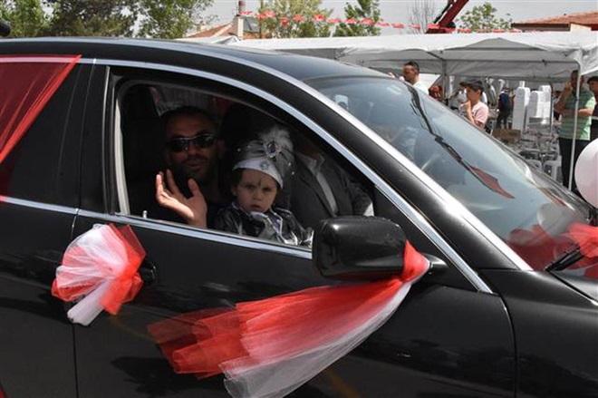 Konya valisi makan aracını, şehit çocuğunun sünnet aracı yaptı