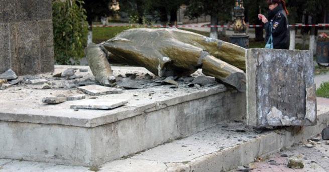 Lenin heykelini yerle bir ettiler!
