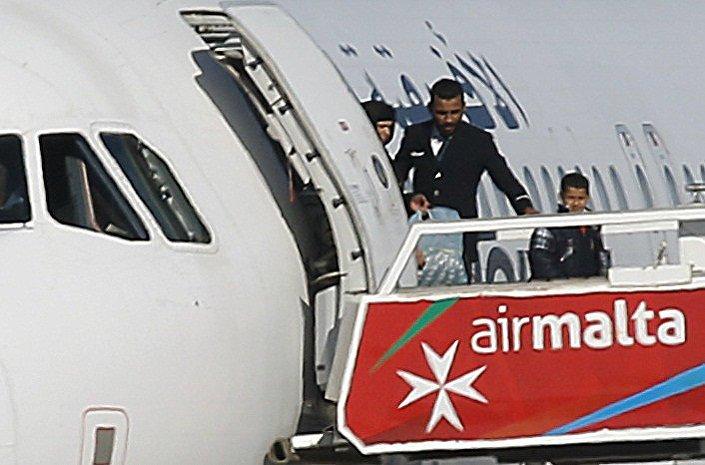 Kaçırılan Libya uçağından 25 kişilik bir grup çıkarıldı