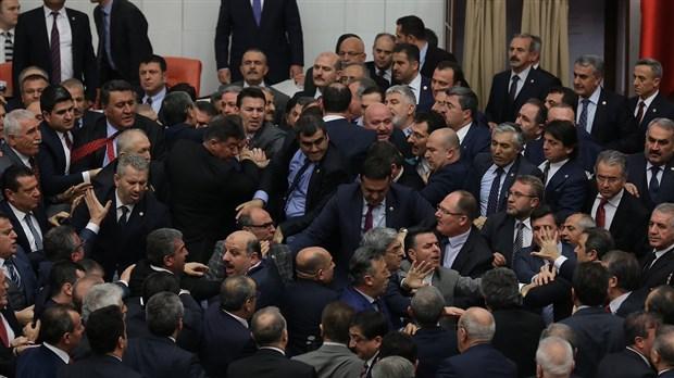 Mecliste kavga! CHP'li Hürriyet: AKP'li Elitaş bana saldırdı