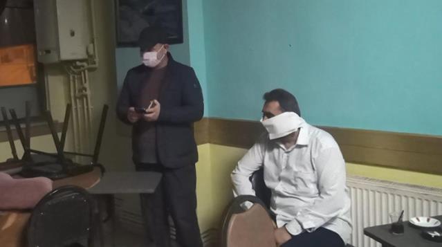 Polis Baskını Yapılan Mekanda Bir Adam Tuvalet Kağıdını Maske Olarak Kullanmaya Çalıştı