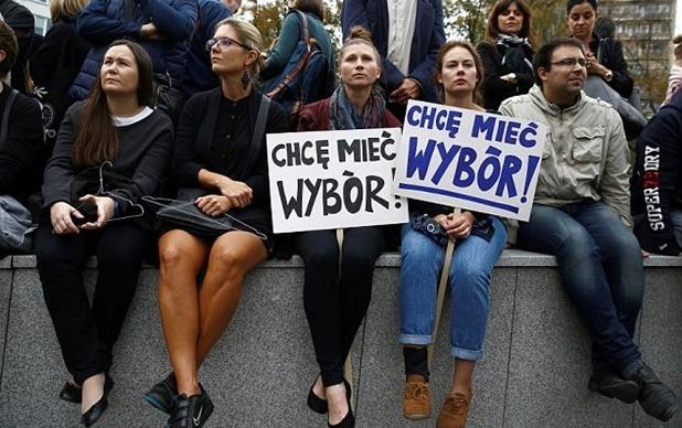 Polonya'da 'kürtaj' protestosu: Kadınlar hayatı durdurdu!