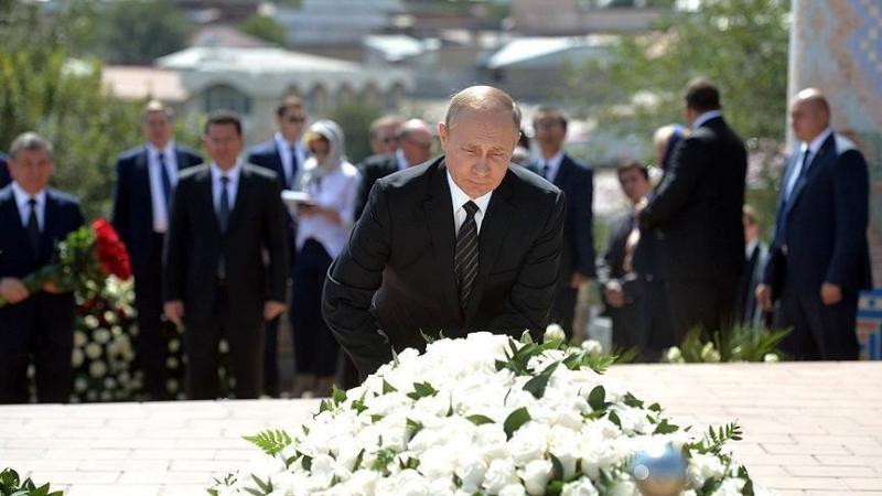 Putin Özbek Lider Kerimov'un mezarını ziyaret etti!