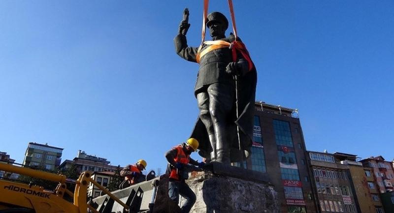 Rize'de Belediye Atatürk heykelini meydandan söktü