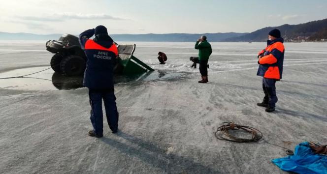 Rusya'da 2 askeri kamyon Baykal Gölü'ne gömüldü