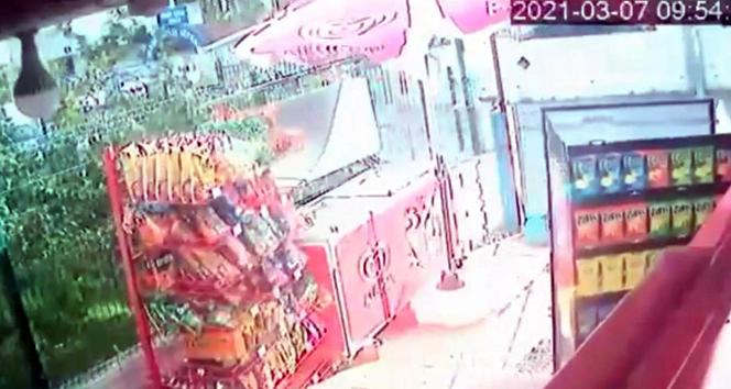Rüzgarla ilerleyen cips standı, peşine market sahibini de taktı