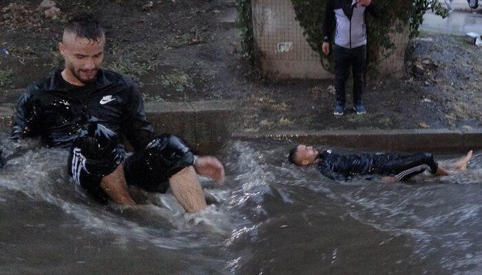 Samsun'da ilginç anlar! Göle dönen caddede suyun içine yatıp keyif yaptı