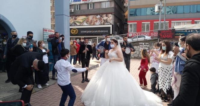 Sokak ortasında düğün yaptılar!