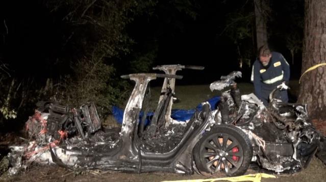 Sürücüsüz Tesla Ağaca Çarpıp Alev Topuna Döndü