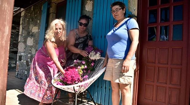 Tarık Akan için Bodrum'da sandalyesine çiçek bıraktılar