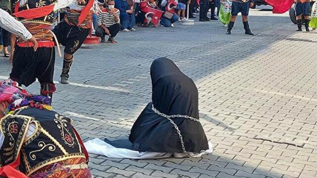 Tepki çeken gösteriye Valilik sessiz kalmadı! Çarşaflı kadının zincire vurulması hakkında soruşturma