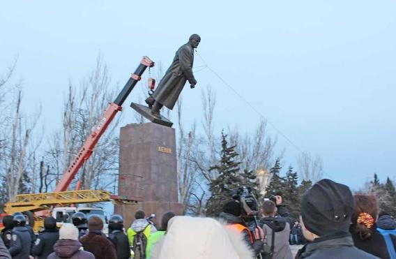 Ukrayna'da son Lenin heykeli de kaldırıldı ...!