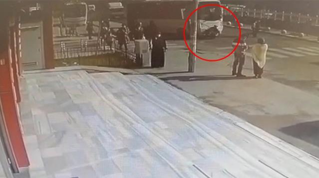 Yolun Karşısına Geçmeye Çalışan Yaşlı Kadına Minibüs Çarptı