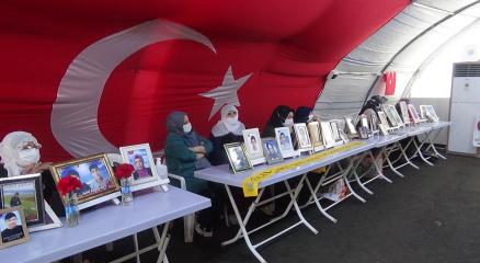 HDP önündeki gözü yaşlı aileler, evlatlarının yolunu gözlüyor