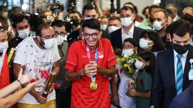 Tokyo Olimpiyatları\'nda altın madalya kazanan Mete Gazoz, yurda dönüşünde konfetilerle karşılandı