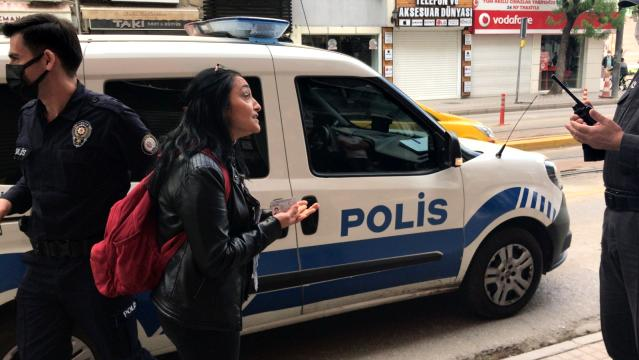 Maskesiz alışverişe yapan sağlık çalışanı polise zor anlar yaşattı