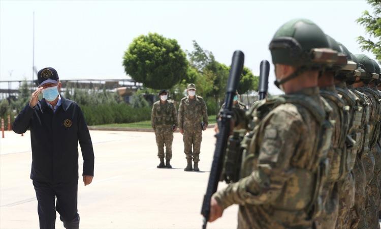 <p>Akar, beraberinde Orgeneral Güler ve Orgeneral Dündar ile geldiği Gaziantep Havalimanı'nda, Vali Davut Gül, 2. Ordu Komutanı Orgeneral Metin Gürak ve diğer yetkililer tarafından karşılandı.</p>  <p></p>