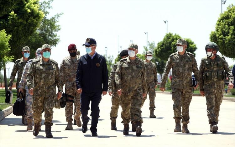 <p>Bakan Akar ve beraberindeki komutanlar, daha sonra sınır hattında yer alan ve Suriye'nin kuzeyindeki birliklerin sevk ve idare edildiği 2. Ordu İleri Komuta Yeri ve 6. Mekanize Piyade Tümen Komutanlığı Esas Komuta Yeri'ne geçti.</p>  <p></p>
