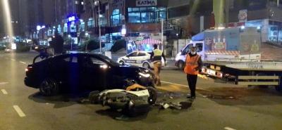 Ataşehir'de Lüks Araba İle Kaza Yapıp Olay Yerini Taksiyle Terk Ettiler