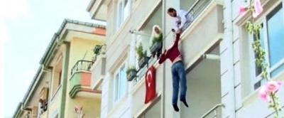 Babasının rehin aldığı genç 2. kattan atladı