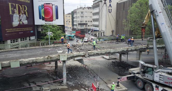 Beşiktaş'ta Barbaros Bulvarı bağlantı köprüsü yıkılıyor