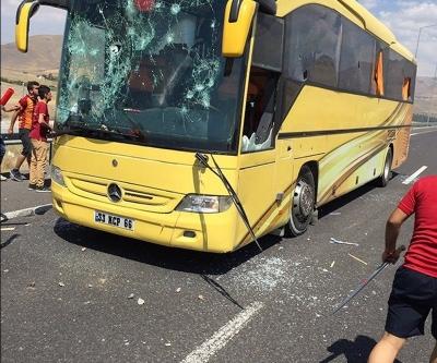 Süper Kupa maçı öncesi Beşiktaş taraftarının otobüsü taşlandı