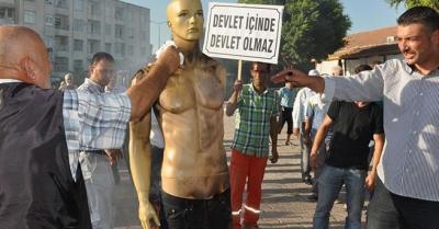 Cansız manken yakarak protesto ettiler!