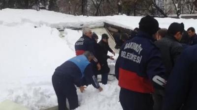 Cenaze namazı kılanların üstüne tente çatı çöktü: 1 ölü, 40 yaralı