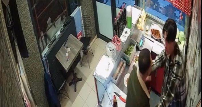 Çiğ köfte 'acılı' olduğu gerekçesiyle iş yeri çalışanını darbeden şüpheli yeniden gözaltına alındı
