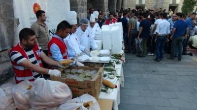 Cizre'de 'bayram yemeği' dağıtıldı
